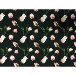 Rosa rosor på svart