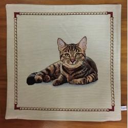 Liggande brun katt BEIGE